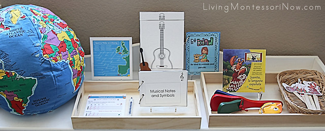 Shelf with Juanita the Spanish Lobster (Juanita la langosta española) Activities