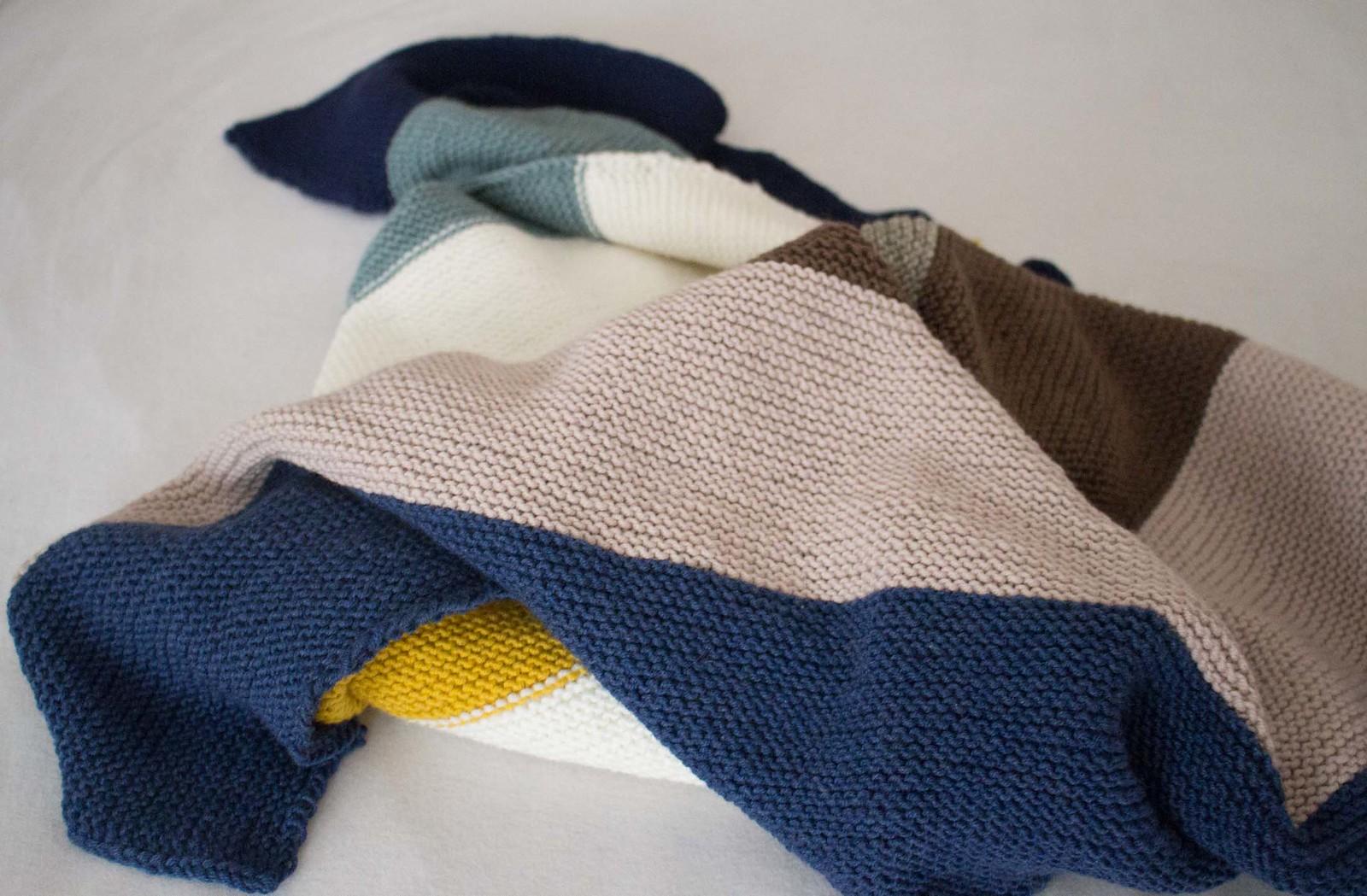 selbstgemachte strick babydecke mit streifen