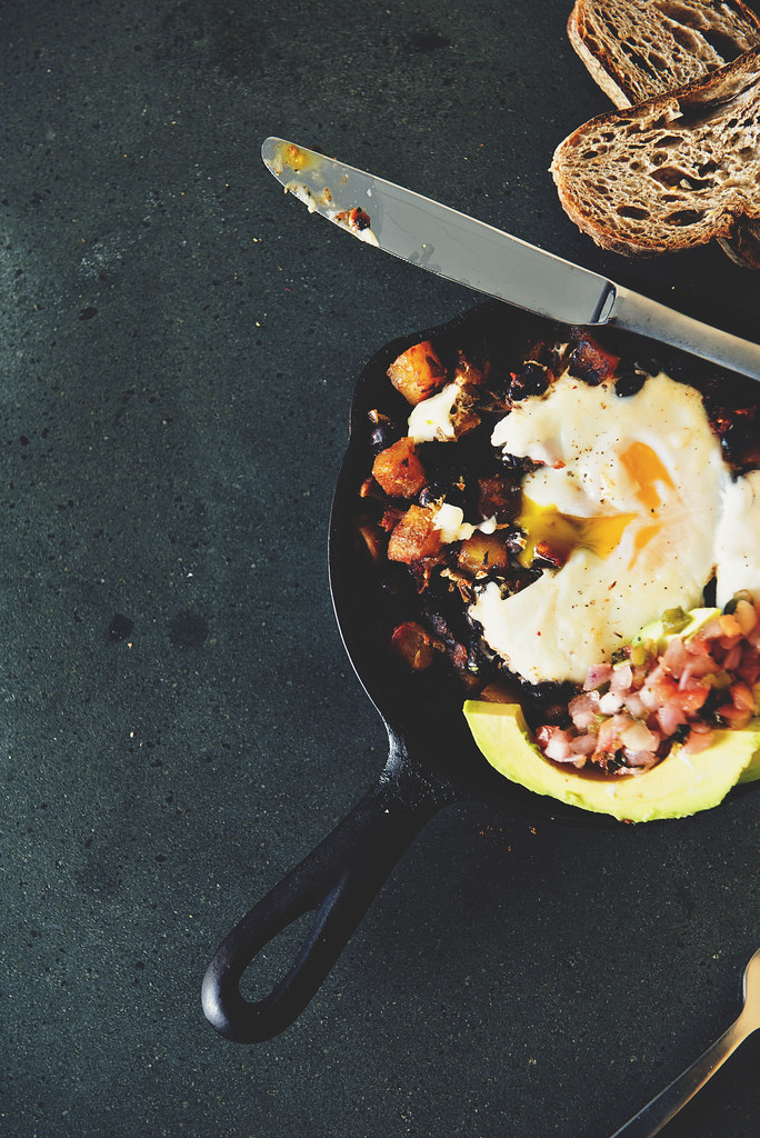 What a perfect healthy brunch recipe for the whole family! Spicy Tex-Mex Hash Browns with Eggs | PasstheSushi.com