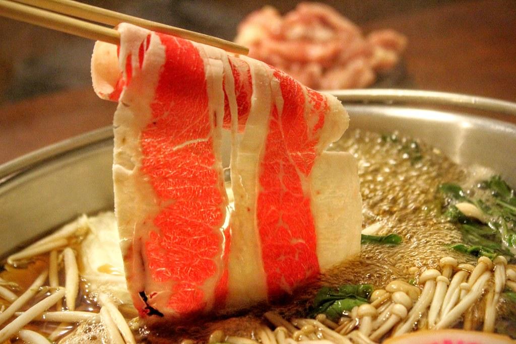 雪花牛肉,肉質頗軟嫩,可是也偏油膩,煮完一鍋牛肉鍋,整個湯上頭都是油QQ