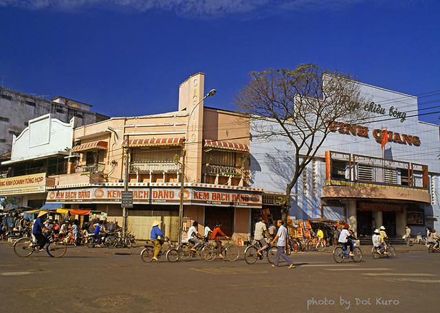 Saigon 1990 - Ice cream parlor & Cinema -Saigon Vietnam - Photo by Doi Kuro - Rạp Vinh Quang, trước kia là CASINO Saigon