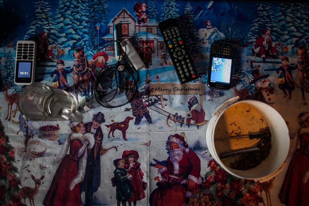 Luxuscikkek lennének az asztalon? Egy telefon, egy okostelefon, a tévé távirányítója és a tölteni való dohány | Fotó: Magócsi Márton