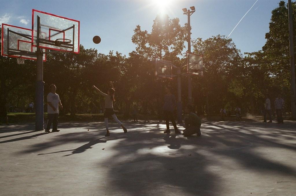 大安森林公園 逆光 / Fujifilm 250D 8563 / Nikon FM2 天氣好的時候什麼都好拍,很喜歡拍逆光,然後畫面上方帶一點點陽光的拍法,在東京渋谷的時候我也拍了一些。  總是覺得那長長的影子都有一點守護的感覺。  這卷底片我記得我慢慢拍,但是讓我感到頭痛的就是等一個月後才能拿到沖洗出來的作品,因為運氣不好,我送件的時候剛好一批電影底片送出去,我就只能重新排隊等,偏偏年底都沒人拍什麼電影底片,我就又等了一陣子。  Nikon FM2 Nikon AI AF Nikkor 35mm F/2D Fujifilm 250D 8563 6498-0033 2015/11/28 - 2015/12/05 Photo by Toomore