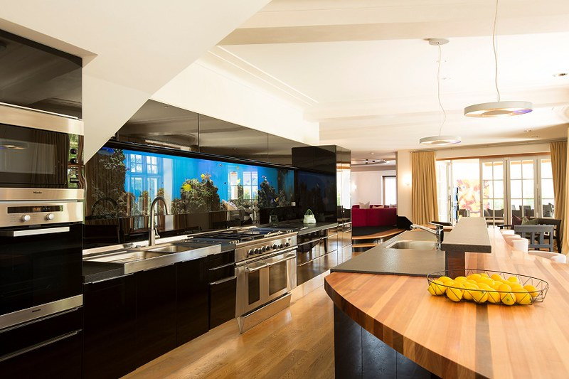 Фото очень дорогой кухни виллы Кима Доткома