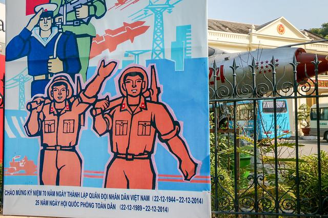 Propaganda poster in Hanoi, Vietnam ハノイ、ベトナム軍事歴史博物館の外に掲げられたプロパガンダポスター