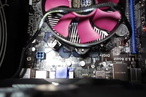 My PC_(2016_03_02)_1 自作PC内部の写真。CPUのヒート シンク周囲に並ぶ角型パッケージ封止型のインダクターの上にエポキシ樹脂接着剤の白濁液が掛かっている。