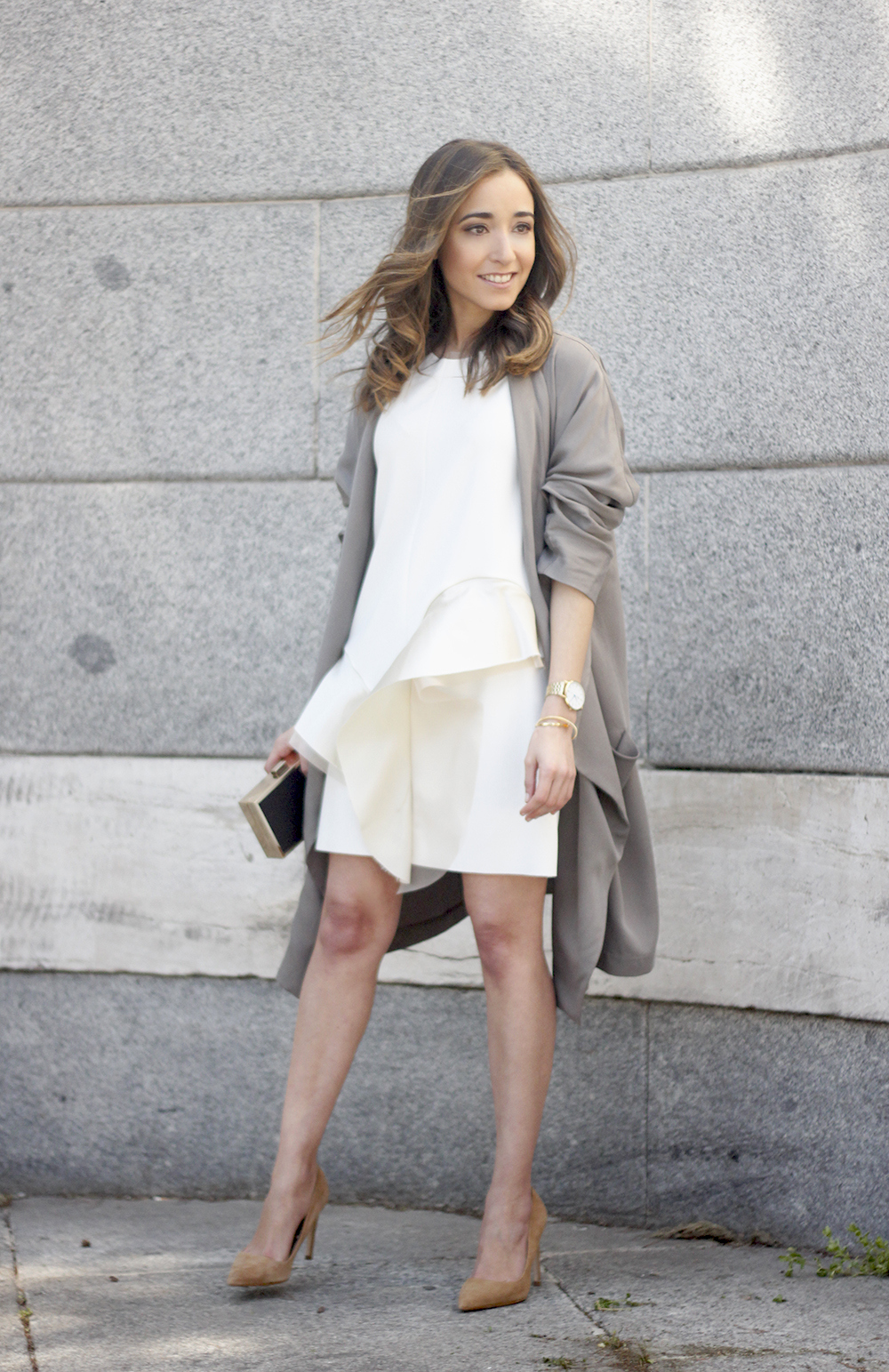 White dress with ruffles trench nude heels clutch accessories outfit style20