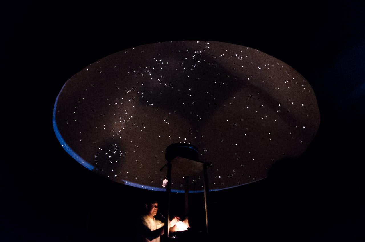 Un personal del Museo Astronómico de San Cosme y Damián proyecta las constelaciones en un planetario, totalmente a oscuras. Durante la proyección explica a los visitantes los datos más sorprendentes sobre los astros. (Elton Núñez)