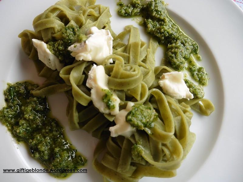 Grüne Nudeln mit Bärlauchpesto und Bärlauchbrie