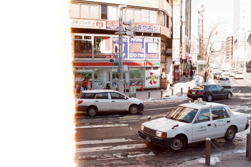 札幌車站前 Japan / Kodak ColorPlus / Nikon FM2 2016/02/01 札幌車站前,從這裡可以走到北海道大學,夏天的時候有來一次,所以很特別,我有夏天的記憶和冬天的記憶!  在來北海道之前,我都以為下雪的地方是看不到太陽的,但我好像白癡,太陽都一直存在著!  Nikon FM2 Nikon AI AF Nikkor 35mm F/2D Kodak ColorPlus ISO200 8265-0001 Photo by Toomore