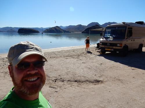 Playa Santispac - met de bus op het strand
