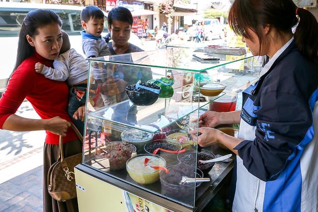 Lao sweets stand in Luang Prabang, Laos ルアンパバーン、道端のオヤツ屋さん