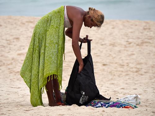 Mujer en playa de Copacabana, Río de Janeiro, Brasil