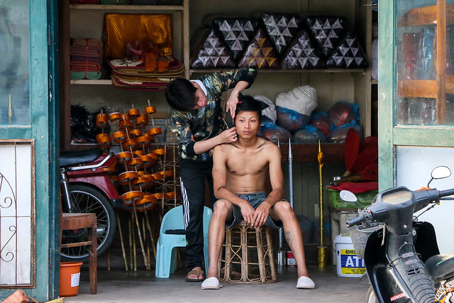 A guy getting a haircut, Luang Prabang, Laos ルアンパバーン、散髪中の男性