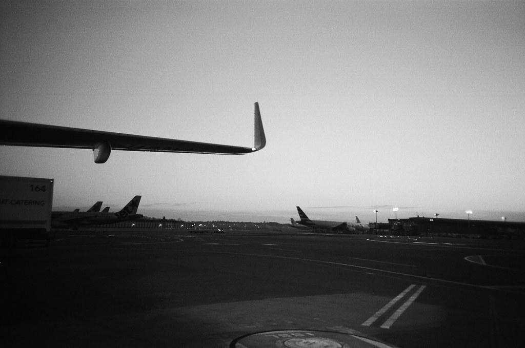 成田機場第三航站 Narita Air Port, Japan / Kodak TRI-X 400 / Lomo LC-A+ 2016/01/31 是抵達還是準備離開?忘了,往返東京比回家的次數還多。一年回家一次而一年卻去了東京四、五次。  出發的時候裝了一捲黑白底片,在我印象中往返東京與台北這段行程還沒有用黑白的影像紀錄。  Lomo LC-A+ Kodak TRI-X 400 / 400TX 8561-0002 Photo by Toomore