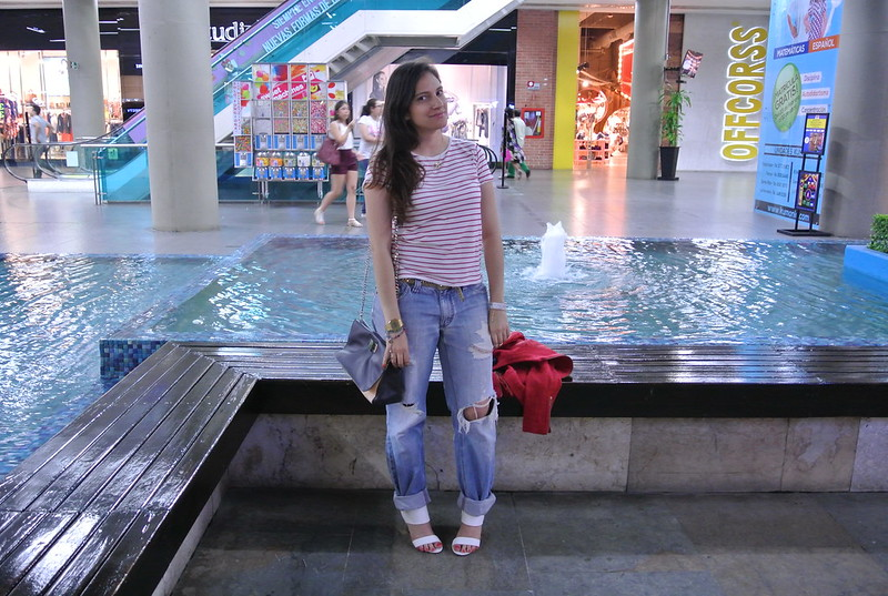 Oufit con inspiración marinera: Boyfriend jeans, blusa de rayas horizontales, blazer y sandalias blancas de tacón- Jfashion.co