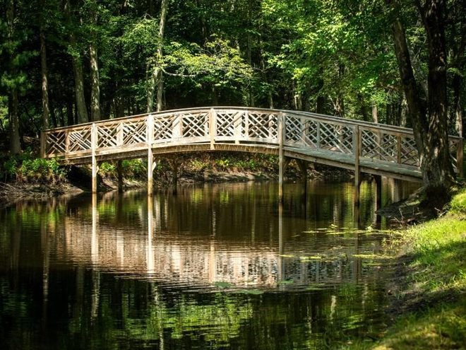 Мост через пруд на территории поместья