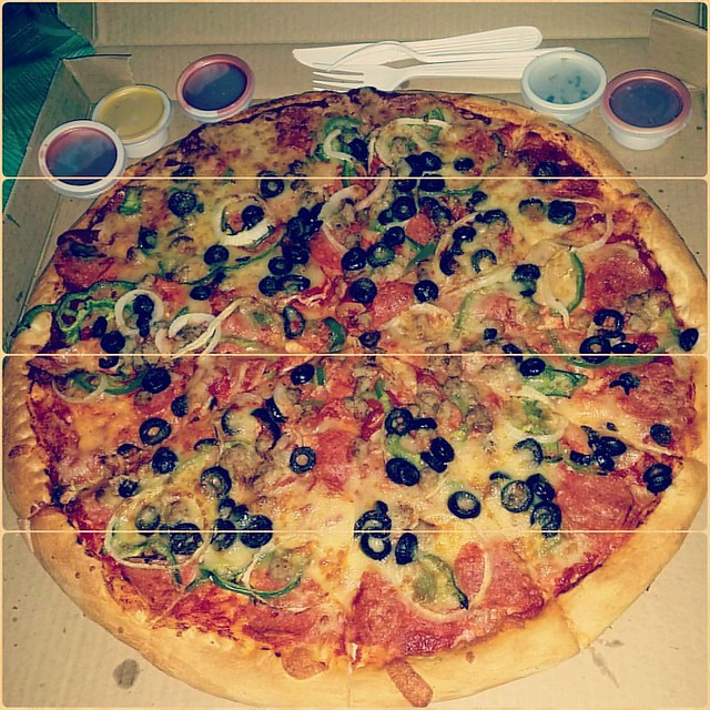 S&R Pizza for midnight snack c/o #kuaPalong! #tnx #happytummy #instafoodie #pizzacravingsbusted