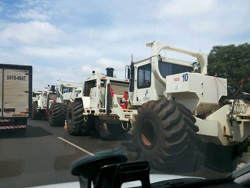 caminhão pista rodovia interditada