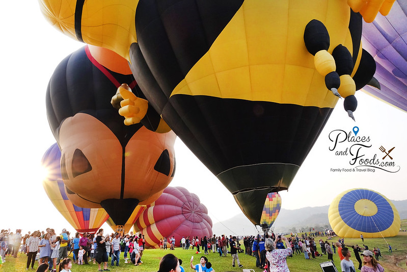 singha park international hot air balloon crowd and balloons