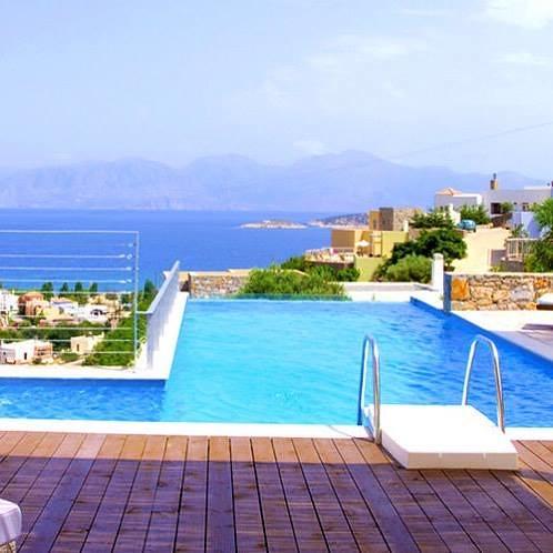 comparateur hotels installez vous dans votre luxueuse villa avec piscine priv e et vue. Black Bedroom Furniture Sets. Home Design Ideas