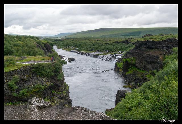 Panorámica de cascada Hraunfossar desde Barnafoss