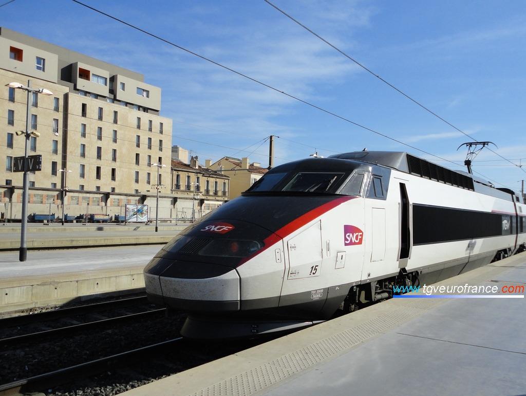La motrice paire de la rame TGV Sud-Est 15 de SNCF Voyages en livrée carmillon