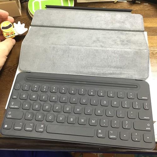伸ばすとキーボードが出現。上のバーのところにヒンジ部分をくっつけます