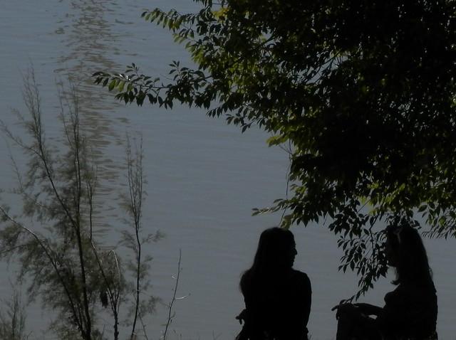 Dos mujeres junto al río