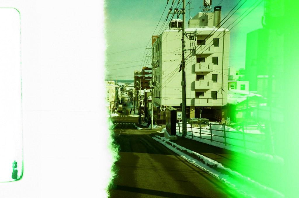 小樽 Otaru Japan / Revolog Kolor / Lomo LC-A+ 2016/02/03 第一次拍 Revolog Kolor 這卷特效片,感覺和想像中的顏色不太一樣,以為會是一格內有七彩的顏色,但是看起來是一捲不同部位隨意的顏色,有點特別。  那時候到了小樽,往山坡的方向走去。  Lomo LC-A+ Revolog Kolor 8270-0001 Photo by Toomore
