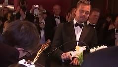 Mira la inquietante espera de Leonardo DiCaprio mientras graban su nombre en la estatuilla del Oscar