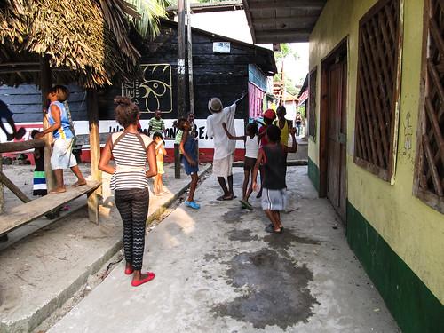 Lívingston: les enfants dansent sur une chanson composée par Paulo et qui traite du Chikungunya. Tous les enfants la connaissent. L'éducation en chanson, quel joli programme !
