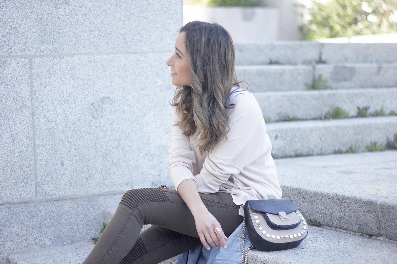 Khaki Pants pale pink sweater uterqüe bag accessories heels fashion outfit01