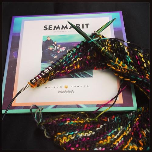 Aloitin tänään kiertuehuivin. Malli Eeva Kesäkuun #Taina ja lanka @yarngrimoire Merino Singleä värissä Pant Legs Flap Around. :D #semmarit #hullunhommaakiertue #netajuaajotkatajuaa #knitting #colours #colourlove