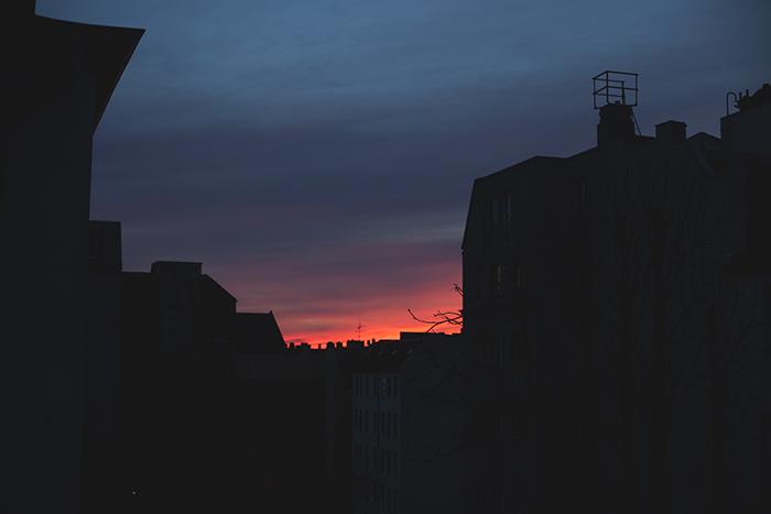 Winter am Fenster mit Sonnenaufgang
