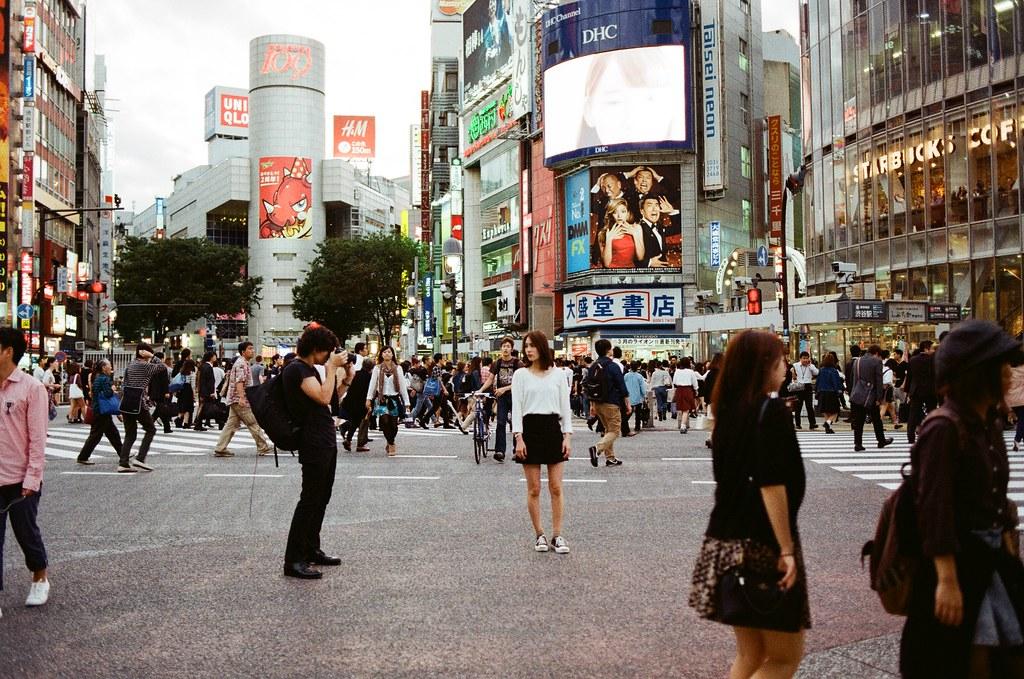 渋谷 Shibuya Tokyo, Japan 2015/10/02 或許那時候就像這樣吧,我們不管身旁的人的眼光,好奇我們在拍什麼,在出發前我就決定要來到渋谷這個大馬路拍妳,雖然和我心裡的構圖不太一樣,但是還是有拍到我想要的畫面。  2015/12/06 晚上去看了《怪物的孩子》電影裡面有太多渋谷的畫面,我看著看著又哭了,我真的好想離開這裡,回到我熟悉的地方拍照,即使沒有了工作也無所謂了,現在的我只想單單純純的拍照了。  每天雖然都有快樂的事情,但是總是給我重重的一擊打回來,我寧可在日本流浪待滿 90 天再回來,我也不想每天過的那麼難過。我以為我這樣已經夠保持距離了,但我累了!  2015/10/02 渋谷在進行車站改造的大工程,有一個地方這次去的時候被封鎖起來了,走了一圈曾經走過的地方,最後到了渋谷的郵局寄了一張郵筒造型的明信片。  我每到一個城市都會寄上面印有該城市的郵筒造型明信片。  Nikon FM2 Nikon AI AF Nikkor 35mm F/2D AGFA VISTAPlus ISO400 0997-0038 Photo by Toomore