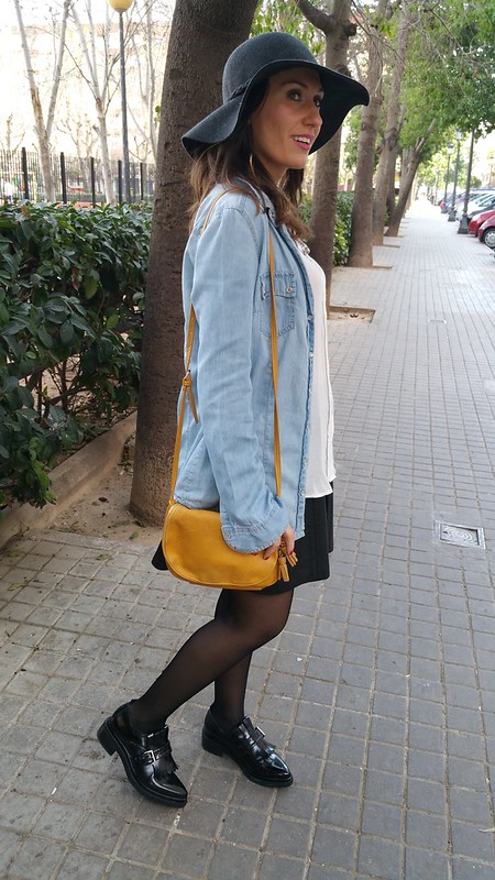 pamela gris, Blusa blanca, collar monedas, falda polipiel negra, camisa vaquera, oxford negros, bandolera mostaza, grey pamela hat, white blouse, coined necklace, faux leather skirt, denim shirt, black oxford, mustard shoulder bag, Stradivarius, Mango, Zara, H&M, Stradivarius, Parfois, Happiness Boutique