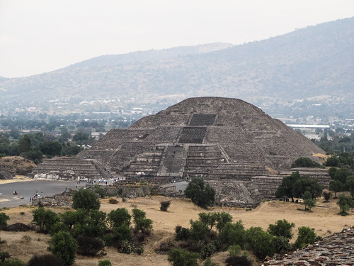 Teotihuacan: vue sur la Pyramide de la Lune depuis la Pyramide du Soleil