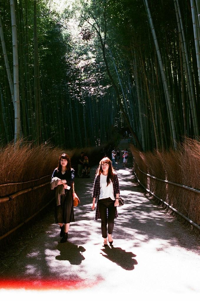嵐山 竹林 京都 Arashiyama Kyoto, Japan / AGFA VISTAPlus / Nikon FM2 2015/09/28 後來我走進來竹林,周圍很多人,想要等一個沒有太多人的場景要等很久,那時候應該要早一點來的,雖然買了鏡頭之後就快快的坐車來這邊。  我記得那天天氣很好,陽光有點強,這裡我拍的很沒把握,因為光線的反差太大了,我抓不出個感覺來。  那時候我坐在地上等了好像 30 多分鐘,想等一個我理想的淨空的畫面。  沒想到我竟然等到認識的人!那時候一直在日本其實朋友都不意外,意外的是竟然還真的能遇到我,然後回台灣竟然成為在日本能遇到我的話題。  其實那時候我真的好感激能遇到你們,我才能短暫的跳出我的框框外。  Nikon FM2 Nikon AI AF Nikkor 35mm F/2D AGFA VISTAPlus ISO400 0990-0001 Photo by Toomore
