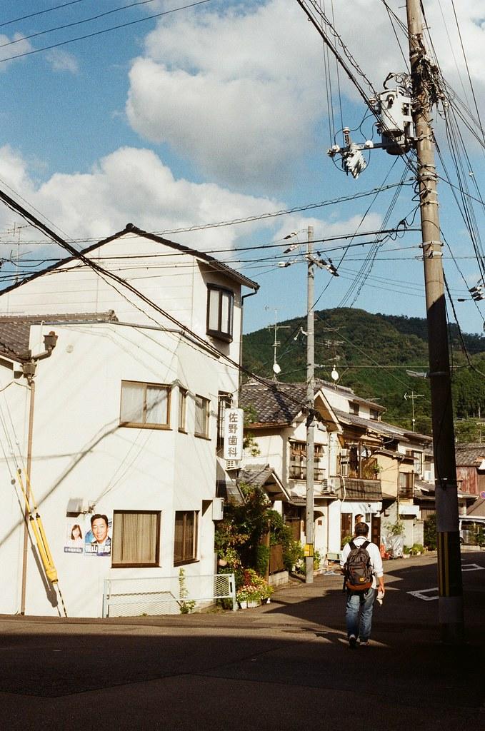 白川通 Kyoto / Kodak ColorPlus / Nikon FM2 2015/09/27 在白川通停留很久,我記得那時候坐在路邊換底片,但是周圍的安靜讓我繼續坐著休息,沒有急著離開。  沿著河堤走,因為高度的關係,可以用一種凌空的角度偷偷觀察這個時段人們的生活。  老實說,京都真的是一個可以待很久的地方,即使現在回憶起來,還可以感受到當時的安靜與溫暖的陽光。  雖然在河堤上走著走著會有一點點小孤單。  Nikon FM2 Nikon AI Nikkor 50mm f/1.4S Kodak ColorPlus ISO200 0987-0002 Photo by Toomore