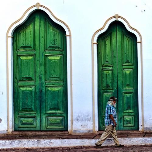 Green doors and one guy   #ChapadaDiamantina - Lençois - Bahia   04.2015 • Follow @ludosmundos • #oMundoEmSuaParede