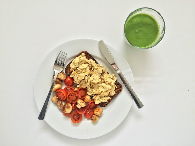 Healthy, nutritional breakfast recipe | Scrambled eggs on rye bread with mushrooms and tomatoes with green smoothie