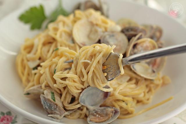 Espaguetis con almejas y vino blanco www.cocinandoentreolivos.com (4)