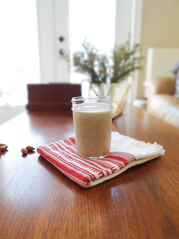 vanilla almond smoothie // cinnamon + dates