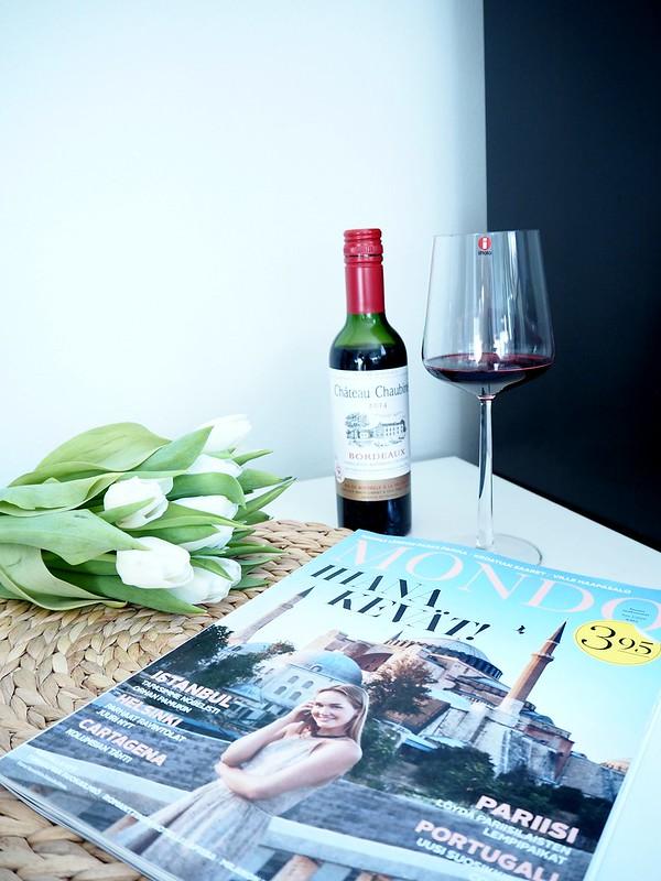 mondoweekendP2278315, weekend, weekends, viikonloppu, viikonloput, mondo, lehti, magazine, travel magazine mondo, matkailulehti mondo, istanbul, hagia sofia, friday, perjantai, kukat, flowers, white, valkoinen, tulppaani, tulips, kimppu, pucket, viini, wine, punaviini, red wine, bordeaux, french, ranskalainen, iittala, lasi, glass, essence, life, inspiration, matkailu, viinipullo, wine bottle, small, pieni, pieni viinipullo, small wine bottle,
