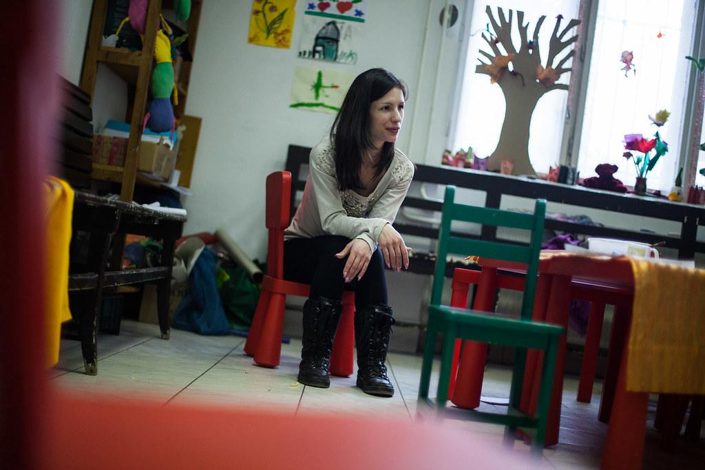 Dóri figyeli lányát a Józanbabák Klubja játszószobájában | Fotó: Magócsi Márton