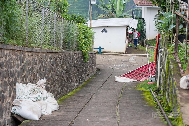 Belok kanan melewati halaman rumah warga