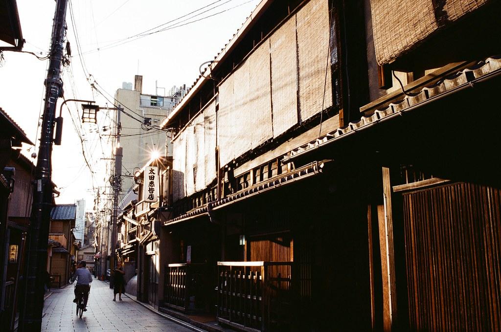花見小路 Kyoto, Japan / Kodak ColorPlus / Nikon FM2 上次來京都的時候行程很匆忙,也沒辦法特別停下來拍照,這次可以完全隨意的旅行,就不用太過於擔心耽誤行程的問題。  位在白川的巽橋也是我想要拍的地方,但是即使是這次,我還是沒有拍到很滿意的畫面,反倒是周圍的景有很多很滿意的。  Nikon FM2 Nikon AI AF Nikkor 35mm F/2D Kodak ColorPlus ISO200 0991-0007 2015-09-28 Photo by Toomore
