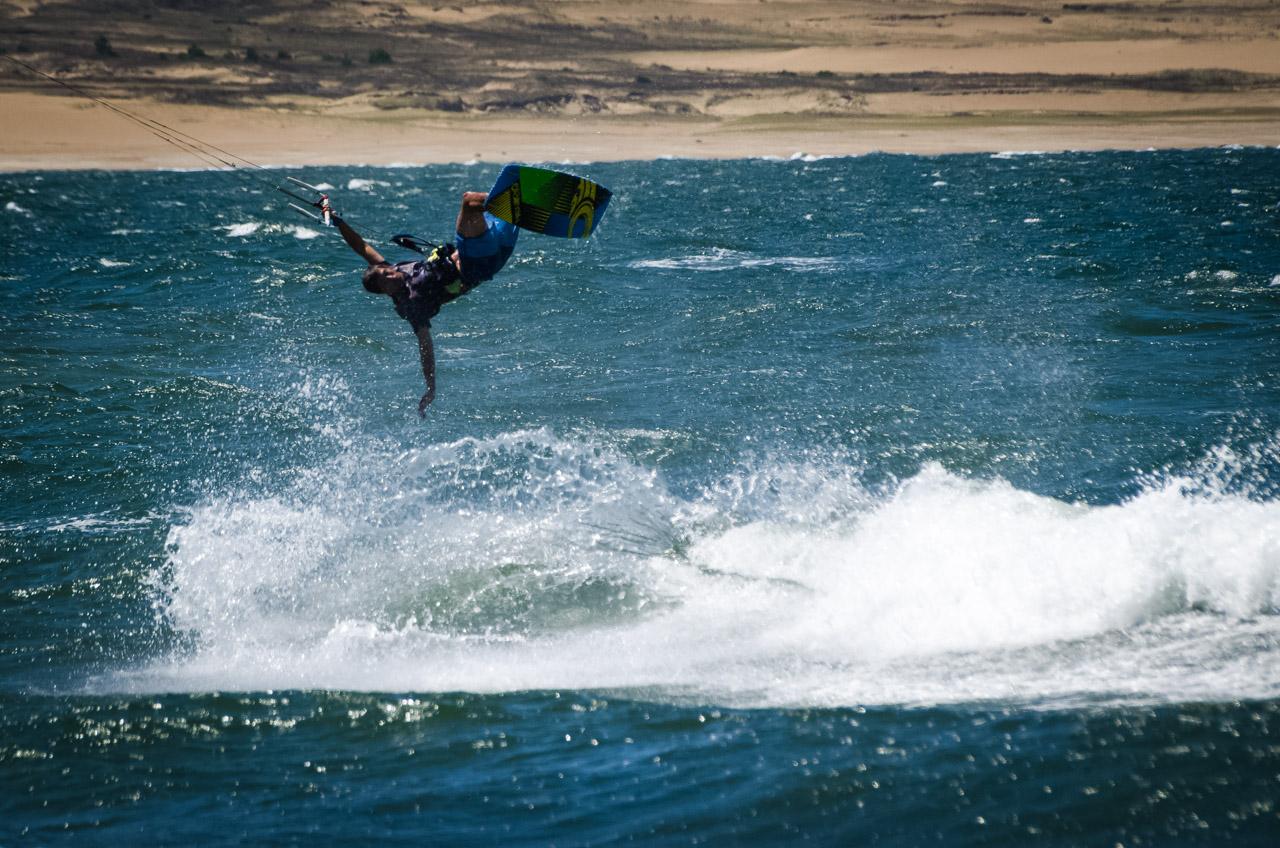 Un hombre practica el Windboard en las aguas de Cabo Polonio. (Elton Núñez)