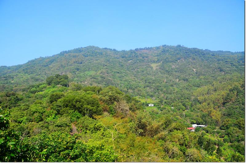 頂公館山西眺烏山稜線,左為竹子尖山